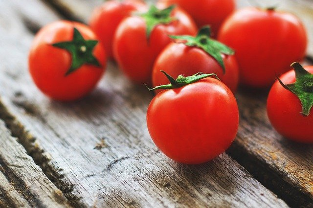 Do Parrots Like Tomatoes & Are They Good For Them?
